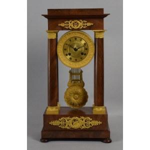 Zegar kolumnowy z dekoracja ażurową