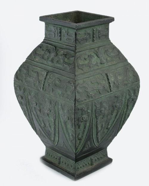 Wazon dekorowany w stylizowane motywy smoków