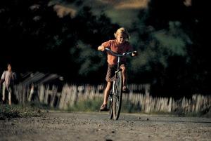 Chris Niedenthal, Mała dziewczynka na dużym rowerze. Podhale, lata 70