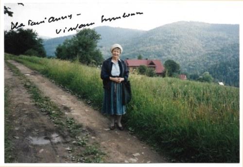 [SZYMBORSKAWisława]. Odręczna dedykacja pisarki na fotografii, nie przed 1996.
