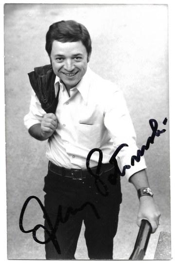 [POŁOMSKIJerzy]. Odręczny podpis piosenkarza na fotografii, dat. 13 V 1969 w Warszawie.