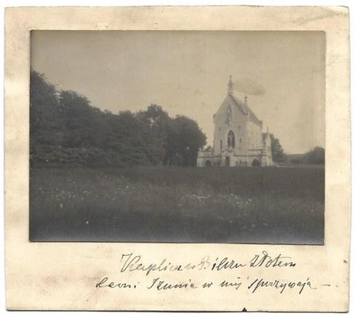[ARYSTOKRACJA - kaplica grobowa Sapiehów w Bilczu Złotym - fotografia sytuacyjna]. [XIX/XX w.] Fotografia form....