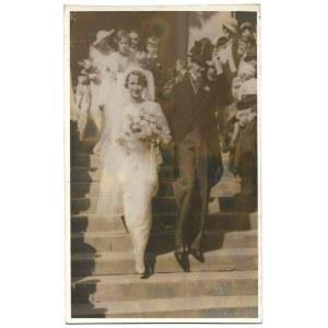 [ARYSTOKRACJA - po ceremonii zaślubin Jana Andrzeja Sapiehy z Marią Krystyną ze Zdziechowskich - fotografia sytuacyjna]....