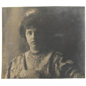 [DĄBCZAŃSKA Helena - fotografia portretowa]. [7 II 1909]. Fotografia form. 19,2x22 cm,...