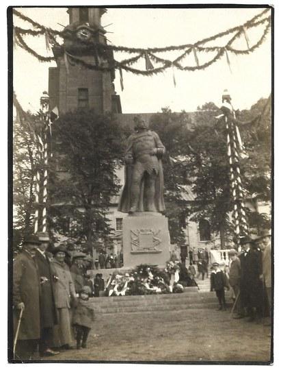 [GNIEZNO - uroczystość ponownego odsłonięcia pomnika poświęconego pierwszemu koronowanemu władcy Polski – Bolesławowi Ch...