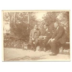 [KADEN-BANDROWSKI Juliusz - ze znajomymi - fotografia sytuacyjna]. [l. 20./30. XX w.]. Fotografia form. 8,8x11,...