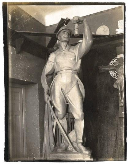 [KRAKÓW - artysta rzeźbiarz Jan Florian Raszka w pracowni przy grupie rzeźb zaprojektowanych do umieszczenia przed wejśc...