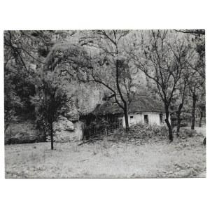 [KRAKÓW i okolice - Ojców - chatka w skale - fotografia widokowa]. l. 30 XX w. Fotografia form. 9,6x13,1 cm,...