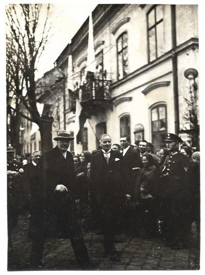 [MOŚCICKI Ignacy - prezydent podczas niezidentyfikowanej uroczystości - fotografia sytuacyjna]. [nie przed 1926]...