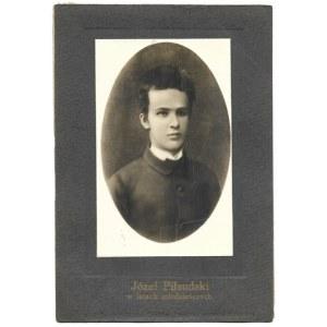 [PIŁSUDSKI Józef - w latach młodzieńczych - fotografia portretowa w owalu]. [15 VIII 1885/l. 20. XX w.?]...