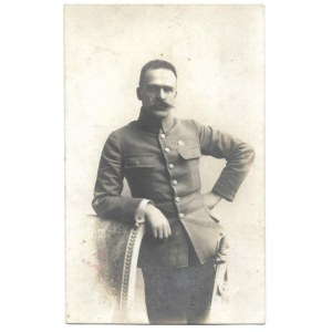 [PIŁSUDSKI Józef - w mundurze legionowym - fotografia portretowa]. [1914/1915]. Fotografia pocztówkowa form. 13,...