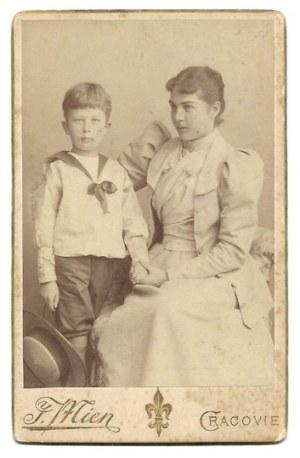 [KOSSAKOWIE, korespondencja, fotografie]. Zbiór 6 fotografii portretowych i 36 pocztówek kierowanych głównie do Zofii Ro...
