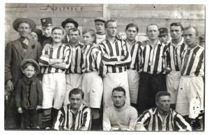 [CRACOVIA, Klub Sportowy - fotografia zbiorowa]. [l. 10. XX w./1966]. Fotografia form. 8,...