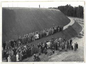 [KRAKÓW - sypanie kopca na Sowińcu - fotografia sytuacyjna, pozowana]. [1936]. Fotografia form. 17,2x23,...