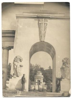 [LWÓW - Cmentarz Obrońców Lwowa - fotografia widokowa]. [l. 30. XX w.]. Fotografia form. 17,...
