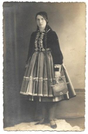 [ŁOWICZ - dziewczęta w strojach regionalnych - fotografie pozowane]. [l. 30. XX w.]....