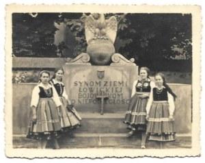 [ŁOWICZ - młodzież na wycieczce szkolnej o tematyce historycznej - fotografie sytuacyjne]....