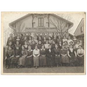 [ORŁOWA na Zaolziu - uczennice Polskiej Szkoły Gospodarstwa Domowego - fotografia pozowana]. [l. 20. XX w.]...