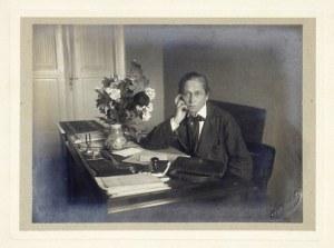 [STRZAŁKOWSKA Zofia - przy pracy - fotografia portretowa]. [1913/1914 bądź 1920/1921]. Fotografia form....