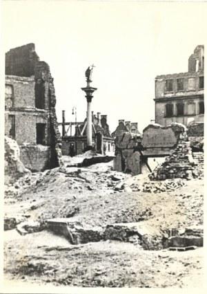 [WARSZAWA - kolumna Zygmunta III Wazy na tle wypalonego Zamku Królewskiego - fotografie sytuacyjne]. [1939/1940/l....