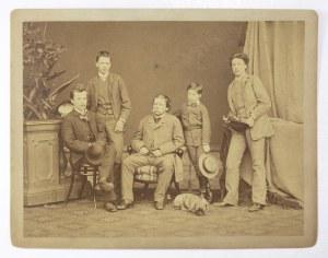 [WENTZL Konrad z synami - Janem, Ignacym, Maciejem i Adamem - fotografia pozowana]. [ok. 1880]. Fotografia form....