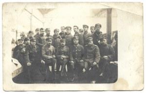 [LEGIONY Polskie - legioniści na kwaterze - fotografia zbiorowa]. [1915?]. Fotografia pocztówkowa form. 8,...