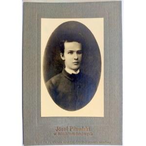 Józef Piłsudski w latach młodzieńczych. Zdjęcie owalne