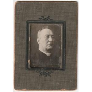 ŚREM, MOGILNO. Zdjęcie portretowe ks. Piotra Wawrzyniaka, koniec XIX wieku, anonim 4x5 cm, ozdobne p ...