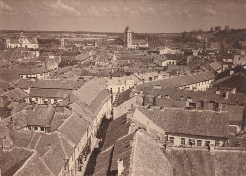 WILNO. Widok ogólny z kościołem św. Jana. Autorem zdjęcia jest Jan Bułhak. Na verso 2 pieczątki: jed ...