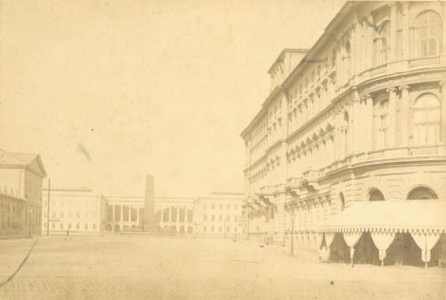 WARSZAWA. Widok na Pałac Saski z pomnikiem oficerów-lojalistów zastrzelonych przez podchorążych w li ...