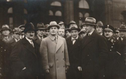 Zdjęcie J. Kiepury sprzed Bazaru w otoczeniu witających z lewej: E. Kujaciński (1938 lub 1939). Film ...