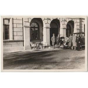 Zdjęcie J. Kiepury sprzed Bazaru w otoczeniu grupki osób i z samochodem. Przed wyjazdem do Ludwikowa ...