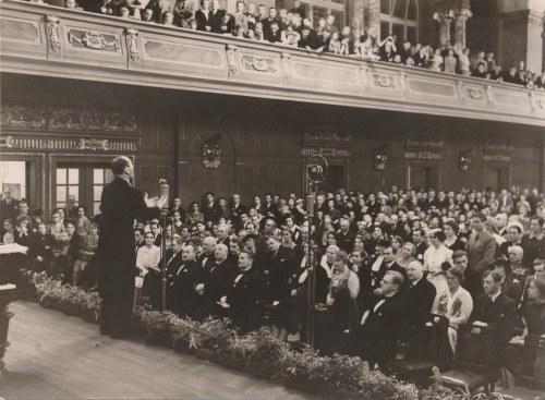 Zdjęcie J. Kiepury podczas koncertu w Teatrze Wielkim w Poznaniu. W pierwszym rzędzie m.in. Kujacińs ...