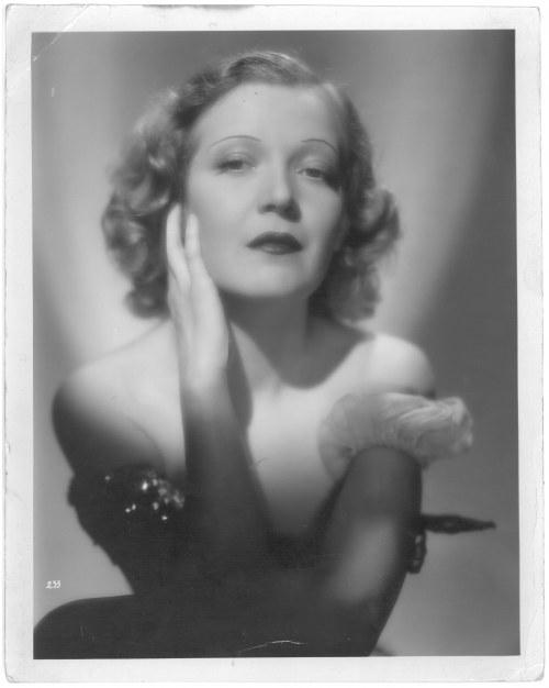 Portret Marty Eggerth, żony Jana Kiepury; 290x230 mm; nieznaczne zagięcia narożników, stan bdb.;