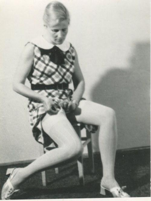fotografia Agnieszka Osiecka zapinająca pończochę