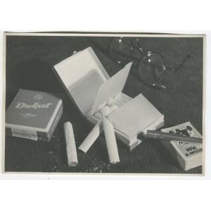 fot. artystyczna 11. MACIEJKO Tadeusz - Bez tytułu. Fotografia reklamowa papierosów Dukat [ok. 1950]