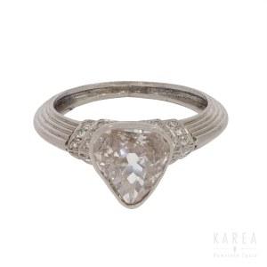 Pierścionek z diamentem w formie serca
