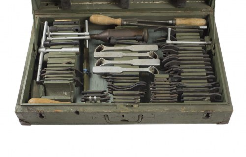 Skrzynia z zestawem narzędzi