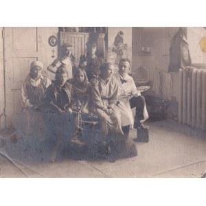 Wlastimil Hofman (1881-1970), Wlastimil Hofman wraz z modelami w pracowni