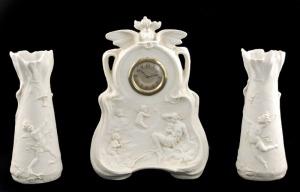 Fabryka porcelany Karla Ensa, Komplet kominkowy: zegar i dwa wazony z alegorią Powietrza (Wiatru?)
