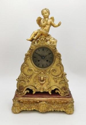 Zegar na konsolce, zwieńczony figurką amorka