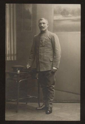 Białystok. Zdjęcie mężczyzny z odznaczeniem.