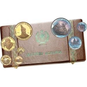 République populaire d'Albanie (1944-1991). Coffret de 8 monnaies de 20, 50, 100, 200 et 500 leke en Or, et de 5, 10 et 25 leke en argent 1968, Paris.