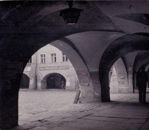 Jan Bułhak - Jelenia Góra, rynek, 1946 (na ścianie agitacyjny napis: 3 x TAK). Odbitka żelatynowo-srebrowa...
