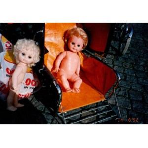 Marek Piasecki - bez tytułu (z cyklu Lalki), 1992. C-print/papier Kodak, autorski stempel na rewersie...
