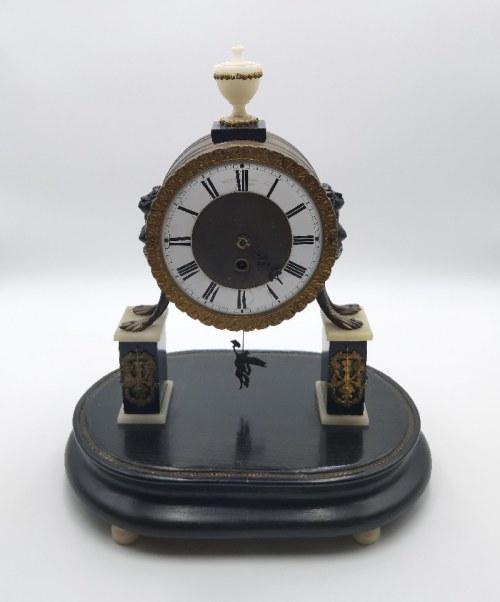 Zegar kominkowy, portykowy w obudowie klasycystycznej