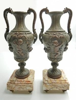 Para waz dekoracyjnych z motywami putt neorokokowych