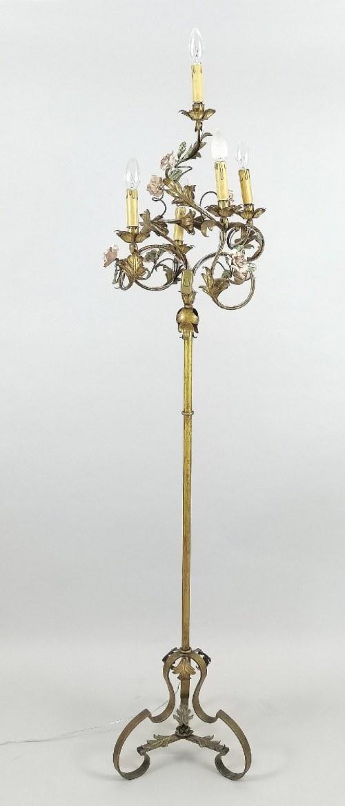 Lampa podłogowa zdobiona ceramicznymi różyczkami