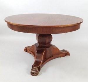 Stół okrągły na tralkowym trzonie, wsparty na trójnogu z łapami lwimi