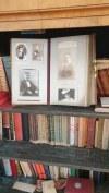Biblioteka biedermeier z ukrytym schowkiem